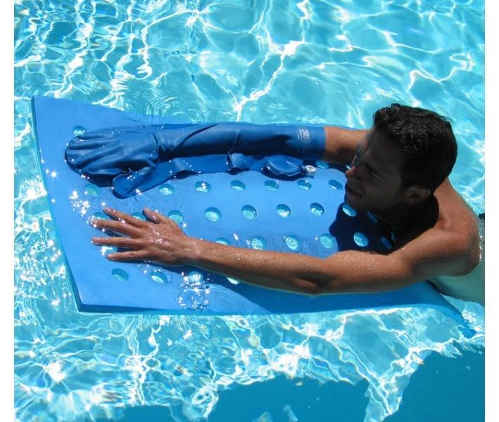 homme avec protège plâtre dans une piscine