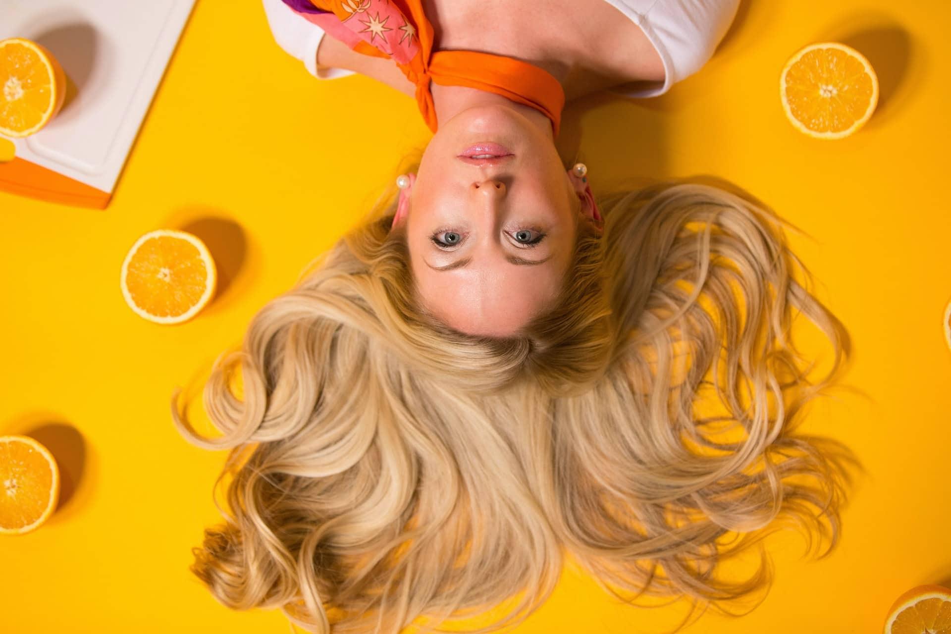 femme blonde couché vu du haut